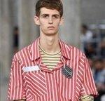trend baju cowok bergaris